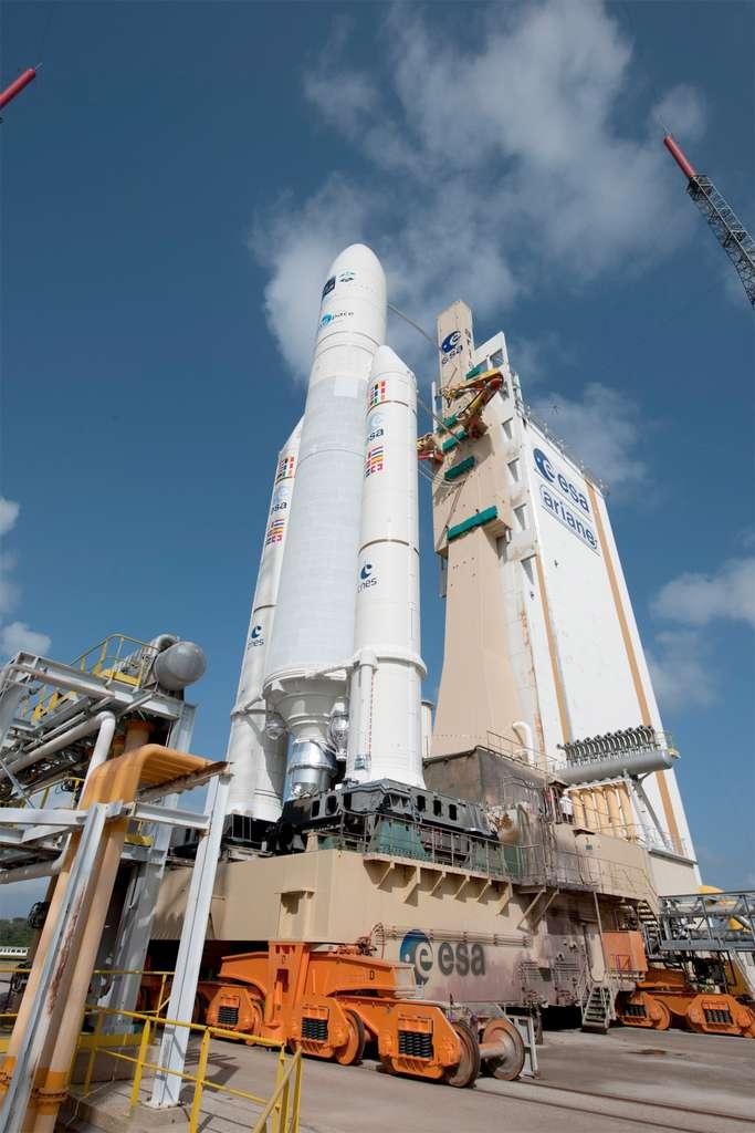 Le lanceur Ariane 5ES et l'ATV Edoardo Amaldi sur sa table de lancement, à quelques heures du décollage. © S. Corvaja/Esa