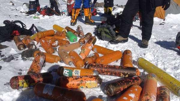 Les bouteilles d'oxygène forment une grande part de la masse des déchets abandonnés par les visiteurs du mont Everest. On voit ici une récolte effectuée à 7.400 m lors d'une opération de nettoyage menée en 2011 par l'Everest Summiteers Association. © Everest Summiteers Association, Saving Mount Everest Project