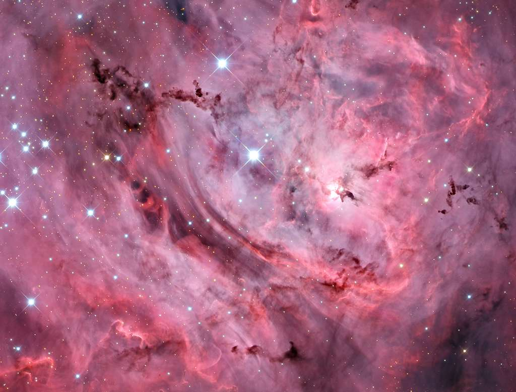 La nébuleuse du Lagon (M8) photographiée presque tout entière, depuis le sol terrestre, par l'astronome Adam Block. On la voit surpiquée d'étoiles de l'amas ouvert NGC 6530 avec, au centre, le lagon. C'est un des plus beaux objets célestes à admirer dans le ciel d'été, en direction de la constellation du Sagittaire. L'image a été publiée sur le fameux site Apod, le 29 juillet. © Adam Block, Mt. Lemmon SkyCenter, University Arizona