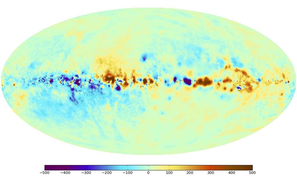 La carte du ciel de l'effet Faraday causé par les champs magnétiques de la Voie Lactée. Les couleurs rouge et bleu indiquent les régions du ciel où les champs magnétiques ont, respectivement, une composante pointée en direction de l'observateur ou en sens inverse. La bande de la Voie lactée (le plan du disque galactique) s'étend horizontalement dans cette vue panoramique. Le centre de la Voie lactée se trouve au milieu de l'image. Le pôle Nord céleste est en haut à gauche et le pôle Sud est en bas à droite. © Max Planck Institute for Astrophysics