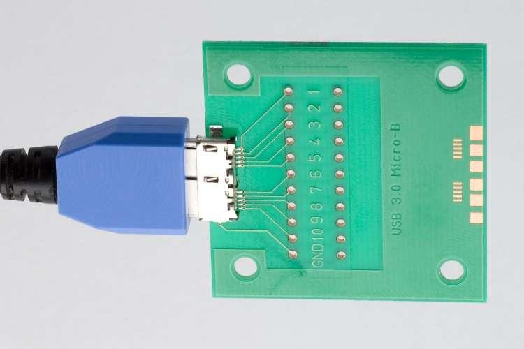 En créant ce qu'ils appellent un BadUSB, les chercheurs en sécurité informatique du Security Research Lab de Berlin sont parvenus à transformer des périphériques USB inoffensifs en redoutables vecteurs d'infection permettant de commettre des actes malveillants. Tous les périphériques USB peuvent être touchés et la génération USB 3.0 n'est pas plus sécurisée que les autres. © USB Implementers Forum