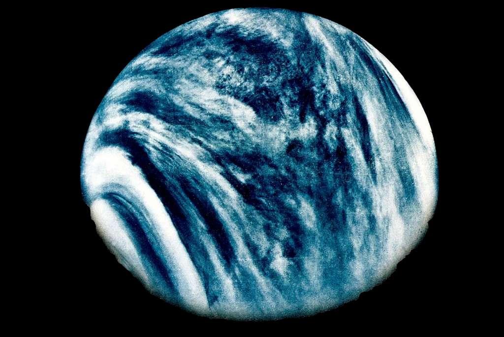 Une image en fausses couleurs prise par la sonde Mariner 10 de la Nasa dans l'ultraviolet. Des stries sombres sont bien visibles et on ne sait toujours pas les expliquer. © Nasa