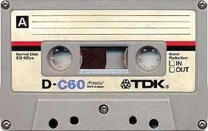 Une cassette C60 de TDK. Celle-ci est de bonne qualité : les deux moitiés du boîtier sont maintenues par cinq vis. On peut donc l'ouvrir pour démêler la bande... © Commons