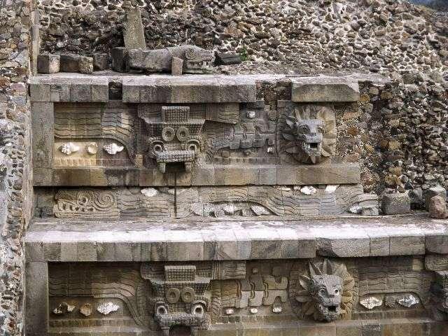 Décor sculpté du temple du Serpent à plumes, appelé Quetzacoatl par les Aztèques. © Altevir Vechia, DP