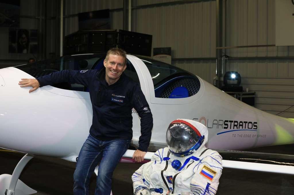 Raphaël Domjan devant l'avion du projet Solar Stratos lors de la présentation du 7 décembre 2016. On remarque les deux places en tandem, l'extrados de l'aile recouvert de cellules solaires et la tenue de cosmonaute. Cette protection lui sera indispensable pour survivre dans la stratosphère, à 25.000 m d'altitude, où la pression n'est plus que de 5 % de celle qui règne au niveau de la mer. © Zeppelin, Solar Stratos