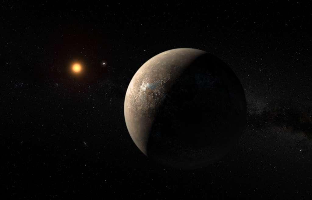 Cette vue d'artiste montre la planète Proxima b en orbite autour de la naine rouge Proxima du Centaure, l'étoile la plus proche du Système solaire. Le système d'étoiles double Alpha Centauri AB figure dans l'angle supérieur droit de l'image, entre la planète et l'étoile Proxima. Proxima b est dotée d'une masse légèrement supérieure à celle de la Terre et décrit une orbite autour de Proxima Centauri au sein même de la zone d'habitabilité de cette étoile. Sa température de surface est ainsi compatible avec la présence d'eau liquide. © M. Kornmesser, ESO