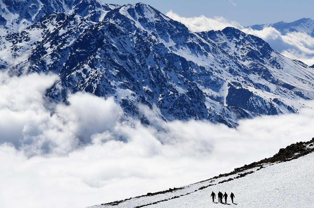 Jusqu'à environ 4.000 m, notre corps s'adapte assez bien à l'altitude à condition de ne pas monter trop vite. Au-delà, le mal des montagnes est très fréquent et il faut être vigilant. Au-dessus de 6.000 m, le corps humain ne sait plus s'adapter et après 8.000 m, les risques d'hypoxie sont très grands, car l'Homme n'est plus qu'en survie précaire. © Fadel Senna, AFP Photo