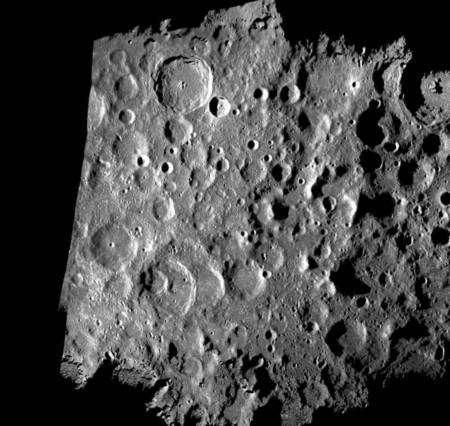 Une image monochrome du pôle sud générée par ordinateur à partir des données radar. Elle montre une surface de 500 sur 400 kilomètres avec une résolution de 5 mètres seulement. Crédit : Nasa