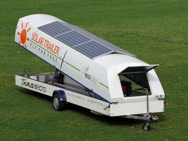 La remorque sert à transporter le motoplaneur mais aussi à charger ses batteries. © Pipistrel