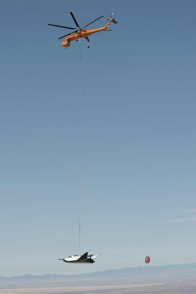 L'avion Dream Chaser est solidement accroché sous un hélicoptère pour un vol captif. Ces essais ont été une répétition des essais en vol prévus ce mois de septembre. © Nasa