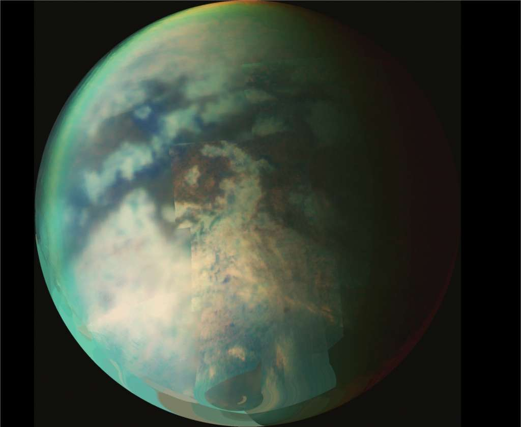 Titan, satellite de Saturne, et son atmosphère, observés par la sonde Cassini (composition d'images prises du 9 au 26 octobre 2006. © Nasa/JPL/University of Arizona