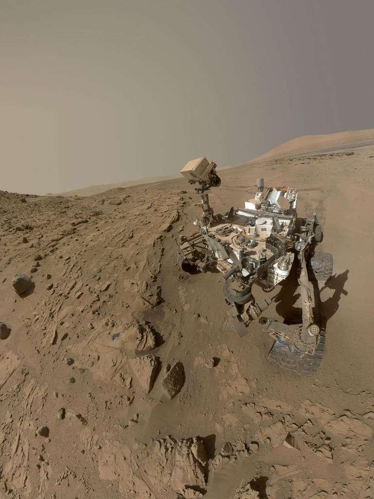Le rover Curiosity devant son deuxième forage, la dalle de grès baptisée Windjana d'environ 60 cm de large, en mai 2014. © Nasa/JPL-Caltech/MSSS