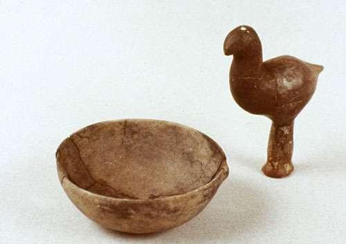 Hochet en forme d'oiseau et jatte (Marlenheim-Fessenheim, VIIe s. av. JC) © André Beauquel - Tous droits de reproduction interdit