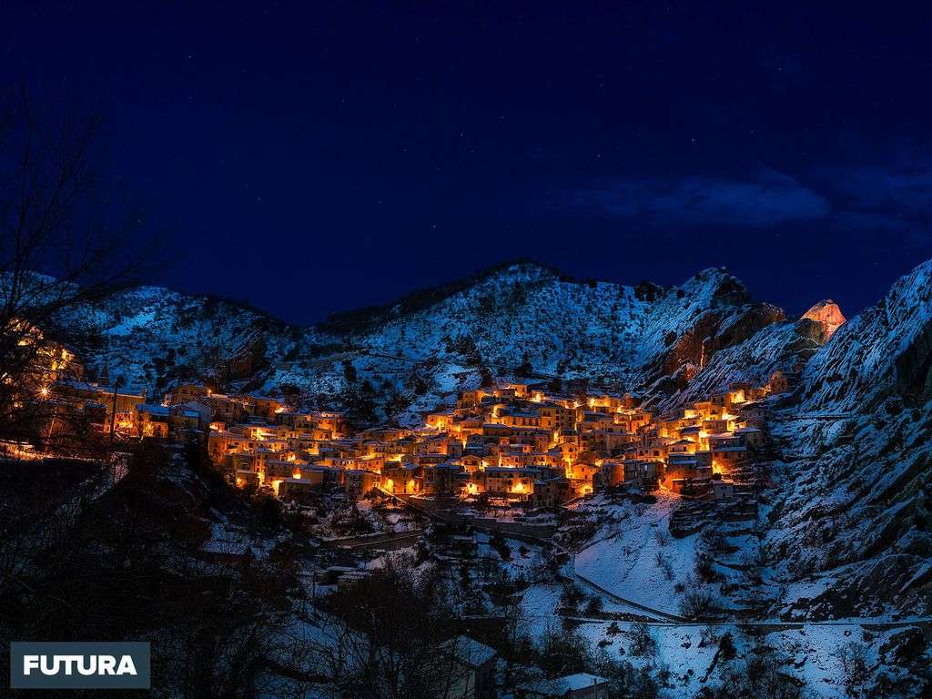 Village des Alpes sous la neige