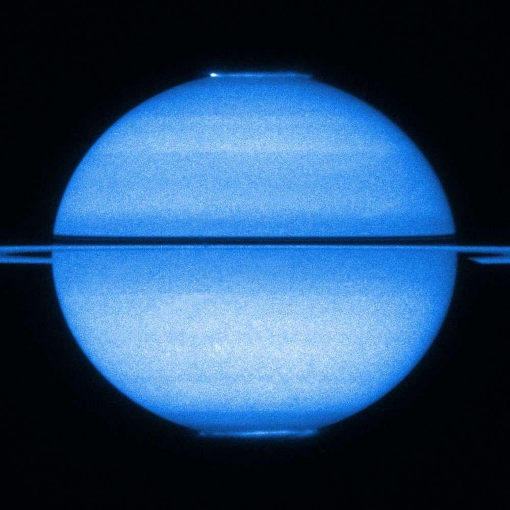 Cette double aurore polaire a été observée sur Saturne en 2009 par le télescope spatial Hubble. Crédit Nasa/Esa