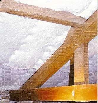 Rouleaux de laine de coton sous toiture. © Entreprise Delmaire