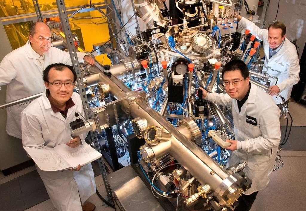 Dans le sens des aiguilles d'une montre et en partant d'en haut à gauche, les physiciens Ivan Bozovic, Anthony Bollinger, Jie Wu et Xi He avec la machine qui leur a servi à produire, par épitaxie avec jet moléculaire, des films minces d'un composé d'oxyde de cuivre appelé LSCO. L'équipe a étudié ces films pour comprendre comment ils devenaient supraconducteurs à hautes températures. © Brookhaven National Laboratory