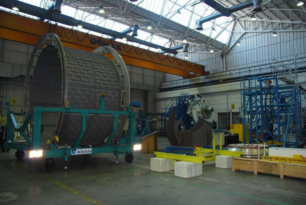 Dans l'usine turinoise de Thales Alenia Space, une première section du futur ATV-5 avec, au fond à droite, la presse utilisée pour le construire (novembre 2010). C'est ici et à partir du même procédé que sera construite la structure du module de service de l'Orion MPCV de la Nasa. © R. Decourt