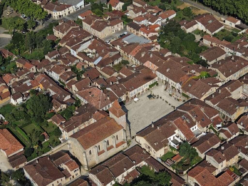 Vue de Labastide d'Armagnac (Landes), fondée en 1291 par Bernard d'Armagnac et ratifiée en 1294 par Edouard Ier d'Angleterre ; plan en damier et place rectangulaire typiques. © Fédération des Bastides d'Aquitaine.