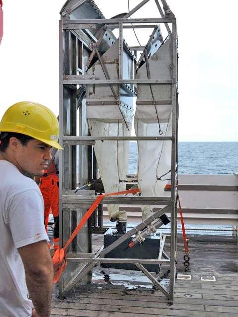 Paulo Bonifacio pendant la mission d'échantillonnages sur le navire de recherche allemand Sonne, avec la drague, appelée Berta, ayant servi pour ramasser les polynoïdés. © Paulo Bonifácio