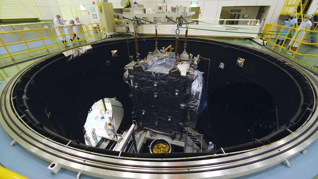 La sonde Juice lors d'essais à l'Estec, le Centre technique de l'Agence spatiale européenne aux Pays-Bas. Le satellite est ici vu à l'intérieur de la chambre à vide thermique du Large Space Simulator afin de vérifier son bon fonctionnement dans le vide spatial et aux conditions environnementales de l'espace. © ESA