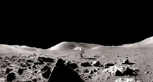 Le pilote du module lunaire Harrison Schmitt rejoignant la jeep lunaire lors de son séjour sur la Lune au cours de la mission Apollo 17 en décembre 1972. Crédits : NASA/Apollo 17/NSSDC.