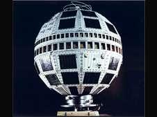 Le satellite Telstar-1 avec ses panneaux solaires et sa ceinture d'antennes émettrices et réceptrices. © Bell Labs