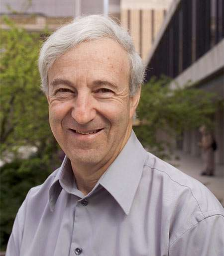 Saul A. Teukolsky (1947-) est un astrophysicien relativiste d'origine sud-africaine spécialisé dans la résolution numérique des équations d'Einstein appliquée à la physique des trous noirs et des étoiles à neutrons, notamment avec le phénomène d'émission des ondes gravitationnelles dont il modélise les formes pour la détection avec des instruments comme Ligo et Virgo. Il est aussi connu pour ses travaux sur les perturbations de la solution de Kerr pour les trous noirs en rotation, alors qu'il passait sa thèse sous la direction du prix Nobel de physique Kip Thorne. © 2019 Cornell University