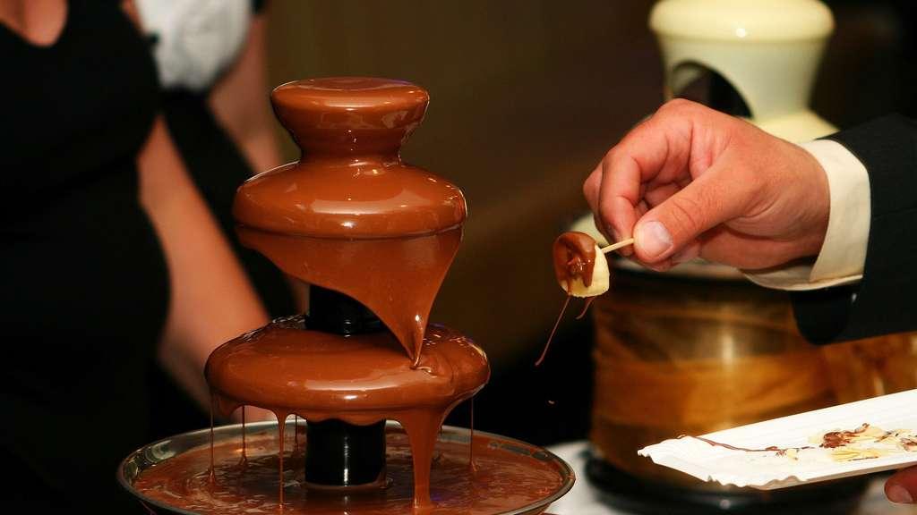 Fontaine de chocolat. Quels sont les bienfaits et méfaits du chocolat ? Celui-ci est-il bon pour la santé ? © Vargazs, Domaine public