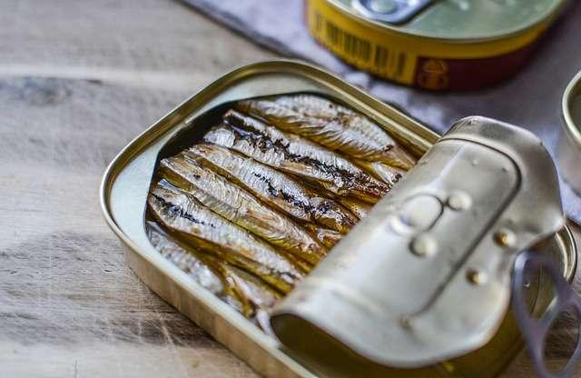 On ouvre machinalement une boîte de sardines en secours quand on n'a rien prévu d'autre à manger, mais qui se soucie de la provenance et de la pérennité des sardines ? © Monicore, Pixabay, DP