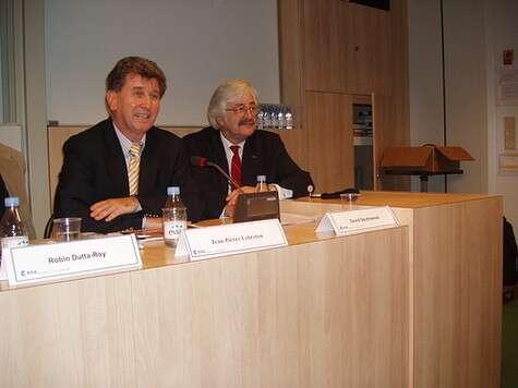 Conférence de presse au siège de l'ESA. De gauche à droite : Jean Pierre Lebreton et David Southwood, président de l'ESA (Crédits : Christophe Olry/Futura-Sciences)