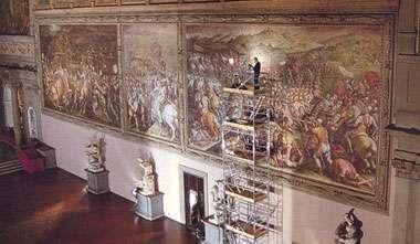 Maurizio Seracini dans la Salle des 500 examine la fresque de Vasari (Crédit : Laila Pozzo).