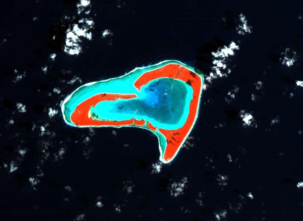 L'atoll de Tupai, vu par le satellite Proba-1, appartient à la commune de Bora Bora, en Polynésie française. L'image, en fausses couleurs, fait apparaître en rouge les terres autour du lagon central. © ESA