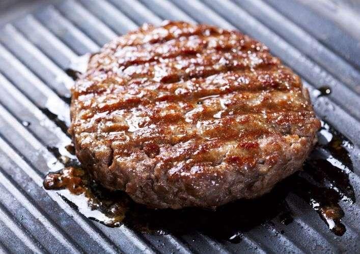 Si la viande rouge contient du fer, il est très différent de celui contenu dans les légumes, les légumineuses et les céréales complètes. © nitrub, Istock.com