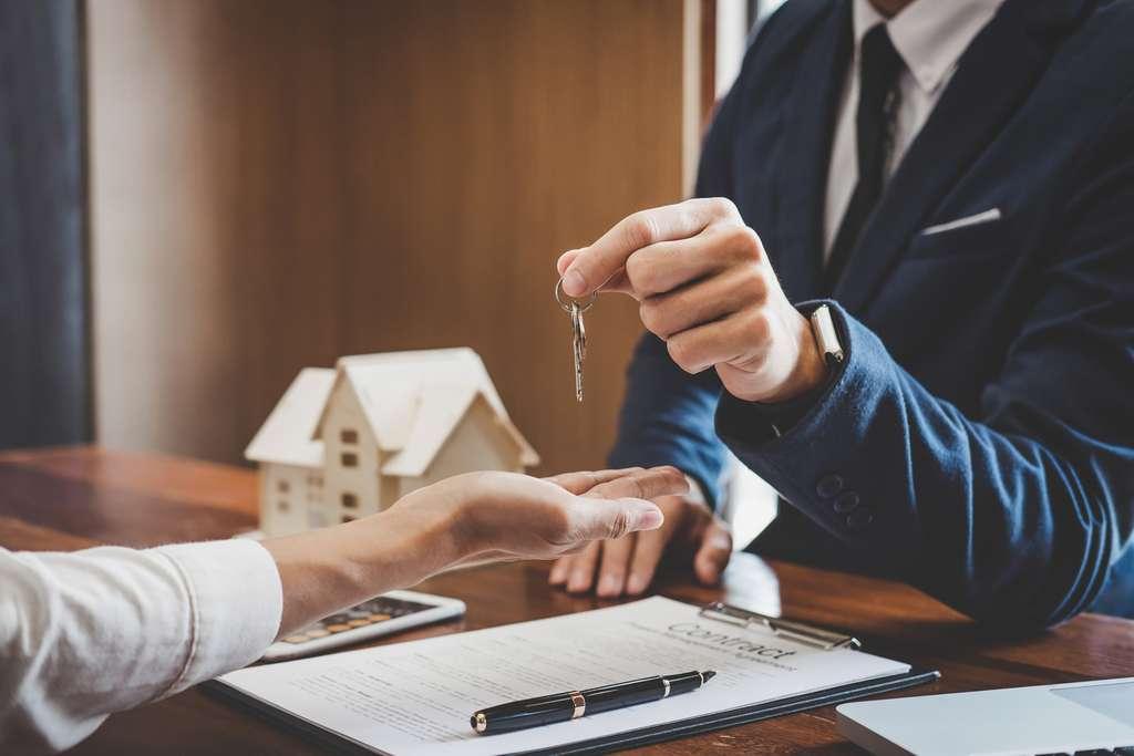 L'acte de vente d'un logement neuf ou ancien pourra être signé à distance au moyen de la signature électronique recueillie par le notaire sur tout le territoire. © Pattanaphong Khuankaew, IStock.com
