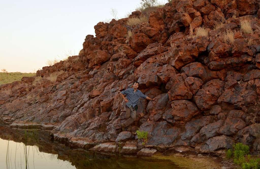 Le professeur Roger Fu pose sur un affleurement du basalte Honeyeater dans le Pilbara Craton en Australie occidentale. © Alec Brenner, Harvard University