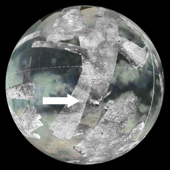 Sur cette image composite de photographies prises par la sonde Cassini lors du survol de Titan, on voit l'une des régions où la présence d'un cryovolcanisme est la plus probable. Il s'agit de Sotra Patera, anciennement appelée Sotra Facula. Elle est indiquée par la flèche blanche. © Nasa
