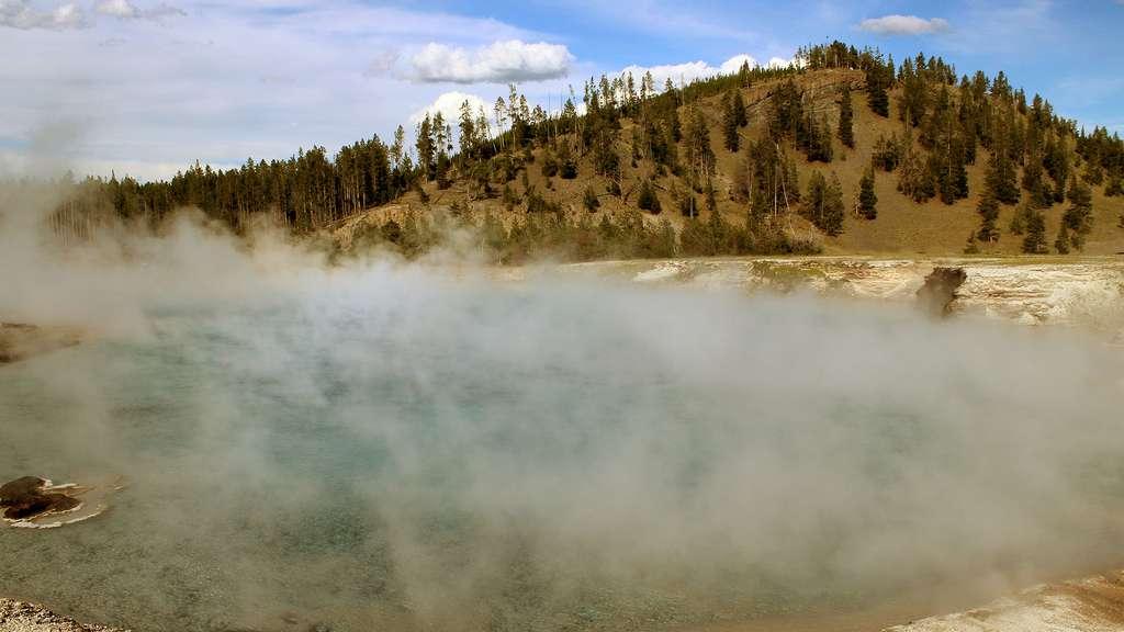 L'Excelsior Geyser et son eau à 93 °C, au parc de Yellowstone