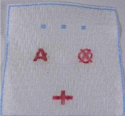 Un test original de groupe sanguin mis au point en 2012 par des chercheurs australiens et paraît-il inspiré de la saga Harry Potter. Les anticorps sont déposés sur le papier en dessinant des lettres. Après dépôt de l'échantillon sanguin, le groupe et le signe rhésus apparaissent en clair. © Université Monach