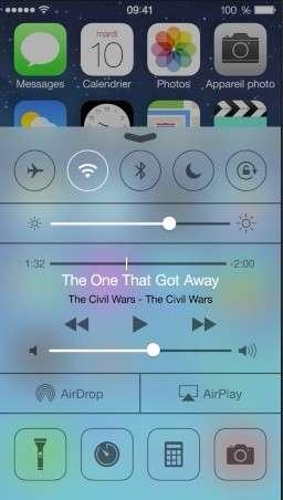 Le centre de contrôle est l'une des grandes nouveautés d'iOS 7. On l'appelle en balayant vers le haut de l'écran et il affiche les fonctions les plus couramment employées comme les boutons d'activation du WiFi, du Bluetooth, du mode silencieux, de réglage de la luminosité ou encore de l'appareil photo. © Apple