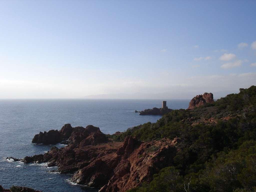 Vue de l'île d'Or et du cap Dramont. © Idarvol, Wikimedia Commons, GNU 1.2