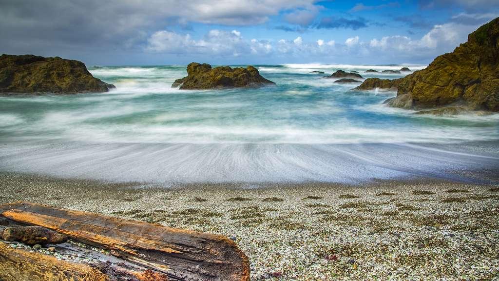 Glass beach, la surprenante plage de verre