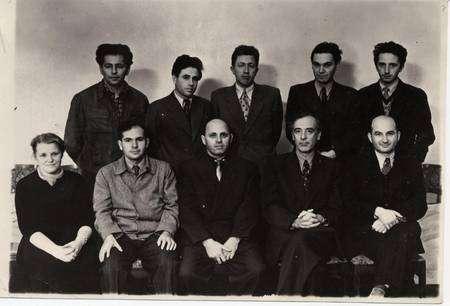 Quelques physiciens célèbres de l'école russe. En haut et de gauche à droite : Gershtein, Pitaevskil, Arkhipov, Dzyaloshinskil. En bas et de gauche à droite : Prozorova, Aleksei Abrikosov, Khalatnikov, Lev Davidovich Landau, Evgenii Mikhailovich Lifchitz. Cliquez pour agrandir. © AIP