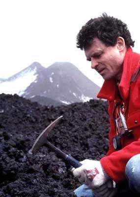 Jacques-Marie Bardintzeff prélève un échantillon de roche volcanique sur l'Etna © J.M. Bardintzeff