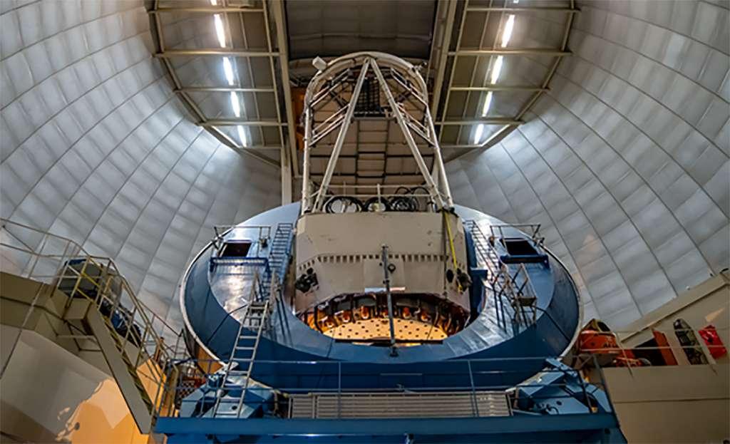 Fruit d'une collaboration internationale pour traquer l'énergie noire, le spectrographe Desi est monté sur l'ancien télescope Nicholas U. Mayall de l'Observatoire national de Kitt Peak, près de Tucson en Arizona. © Marilyn Chung, Lawrence Berkeley National Laboratory