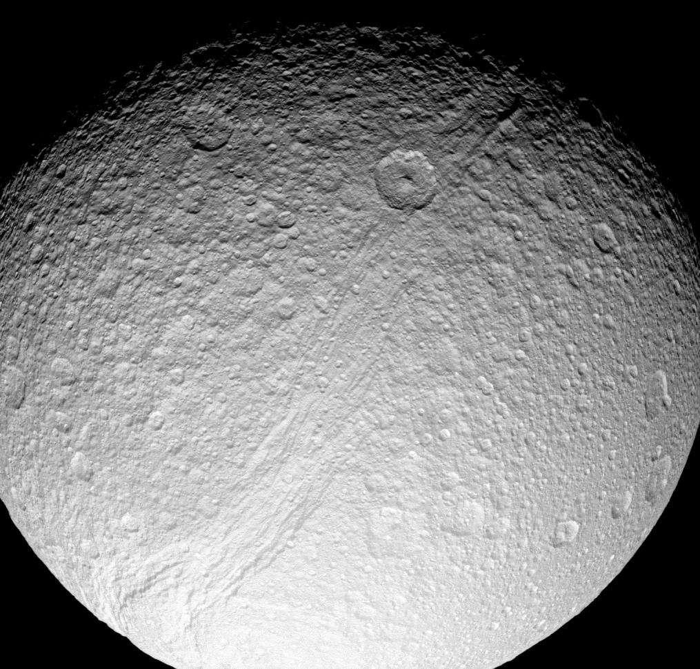Une vue de Thétys prise par la sonde Cassini. La canyon Ithaca Chasma est bien visible. Il a probablement été formé sous l'influence de forces de marée de Dioné il y a des millions d'années. © Nasa