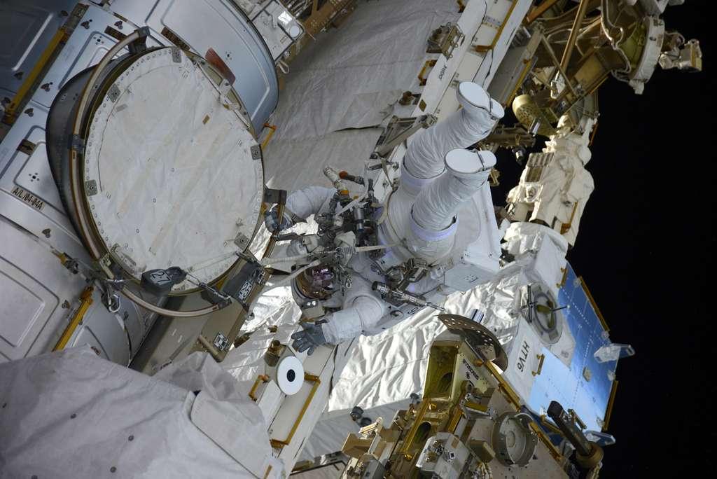 Thomas Pesquet lors de sa sortie à l'extérieure de l'ISS, avec son co-équipier Shane Kimbrough. Les deux astronautes ont réalisé une sortie dans l'espace de 5 h 58 mn. Ils ont mis en route la batterie interne de leur scaphandre à 11h22 mn TU et l'ont éteinte à 17 h 20 mn, marquant la fin officielle de leur mission, peu après avoir réintégré le sas de décompression de la Station. © ESA, Nasa