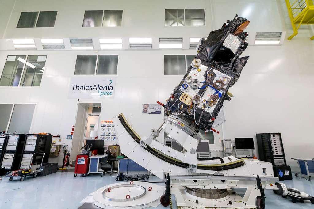 Sentinel 3A sur un banc de test à l'usine de Thales Alenia Space (Cannes). © Thales Alenia Space