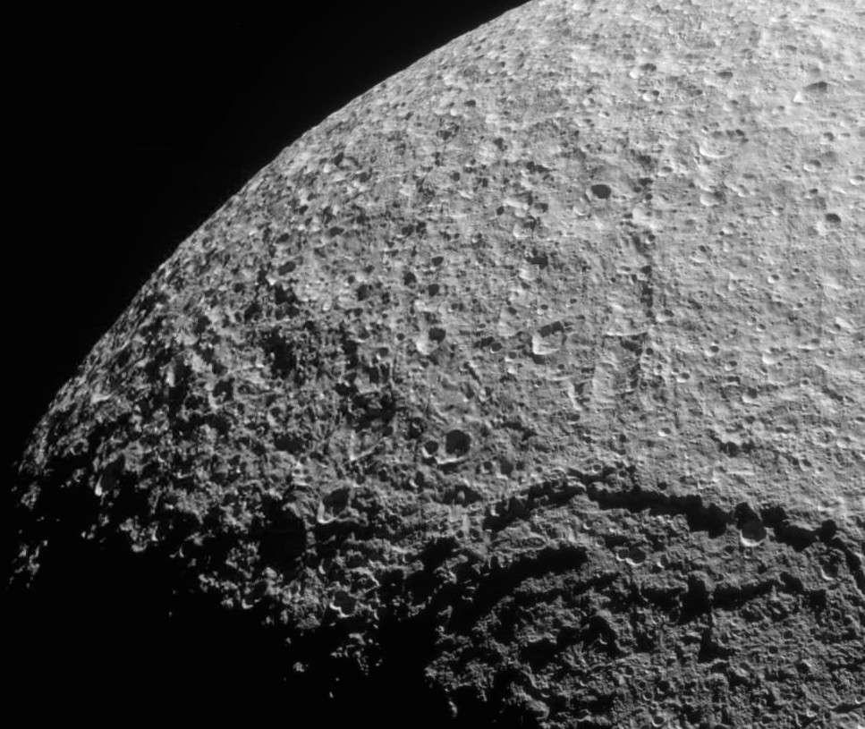 Une partie de la surface cratérisée du satellite Téthys. On distingue le bord du cratère Odyssée (400 km de diamètre), résultat d'un violent impact qui s'est produit dans la jeunesse du satellite et qui aurait pu le désintégrer. © Nasa, JPL, Space Science Institute