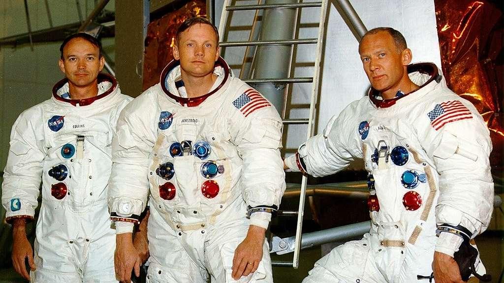 Les trois hommes formant l'équipage d'Apollo 11 prennent la pause devant une reconstitution d'un module lunaire (LEM). De gauche à droite : Michael Collins, Neil Armstrong et Buzz Aldrin. © Images Nasa/JSC, Retraitements Olivier de Goursac. Tous droits réservés